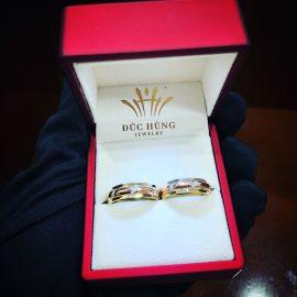 Đặt nhẫn cưới đính đá kim cương