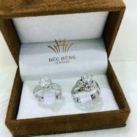 Nhẫn vàng trắng 18k đính đá hoa văn