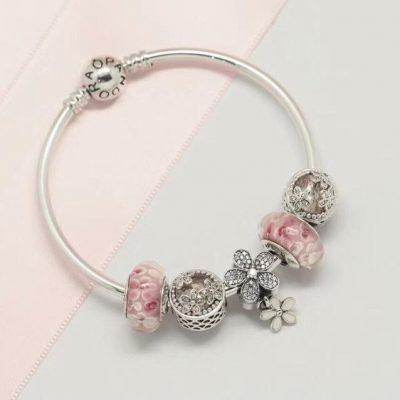 Vòng charm Pandora hạt hồng đẹp mắt