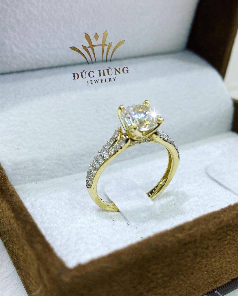 Nhẫn kim cương đính đá vàng